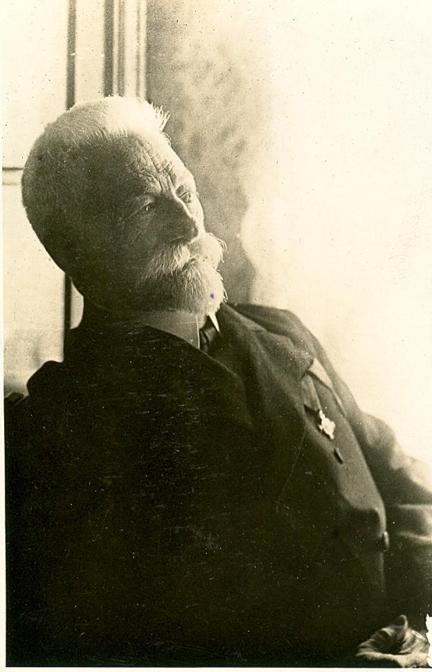 Antonín Drachovský s vyznamenáním na hrudi - Zlatý záslužný kříž přijal 1.6. 1905 ve Zbiroze.
